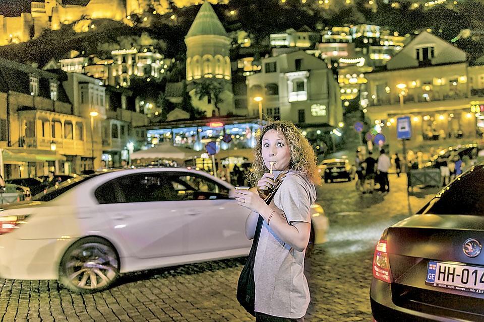 Сияющий ночной Тбилиси, сияющие лица русских туристок - ровно 10 лет назад на этих улицах царили страх и ожидание...