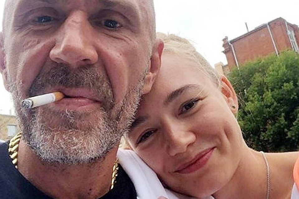 Недавно Акиньшина и Шнуров поделились в Инстаграме совместным селфи: на фото Оксана позирует, нежно склонив голову на плечо Шнура.