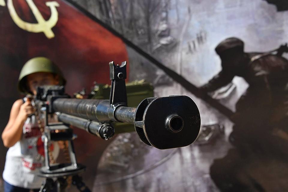 """Американские военные эксперты: """"Российский народ воспитан на рассказах о Великой Отечественной войне, о подвигах дедов и прадедов и будет готов уничтожить все на своем пути - лишь бы не отдать страну противнику""""."""