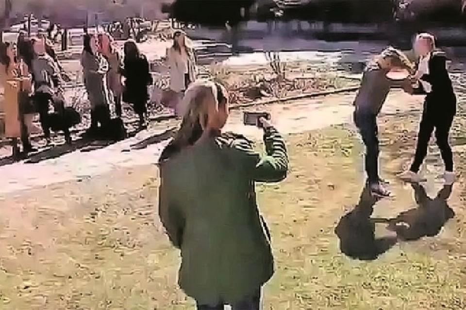 Травлей сверстников занимаются не только парни, но и девчонки. На этих кадрах видео драки восьмиклассниц элитной новосибирской гимназии.