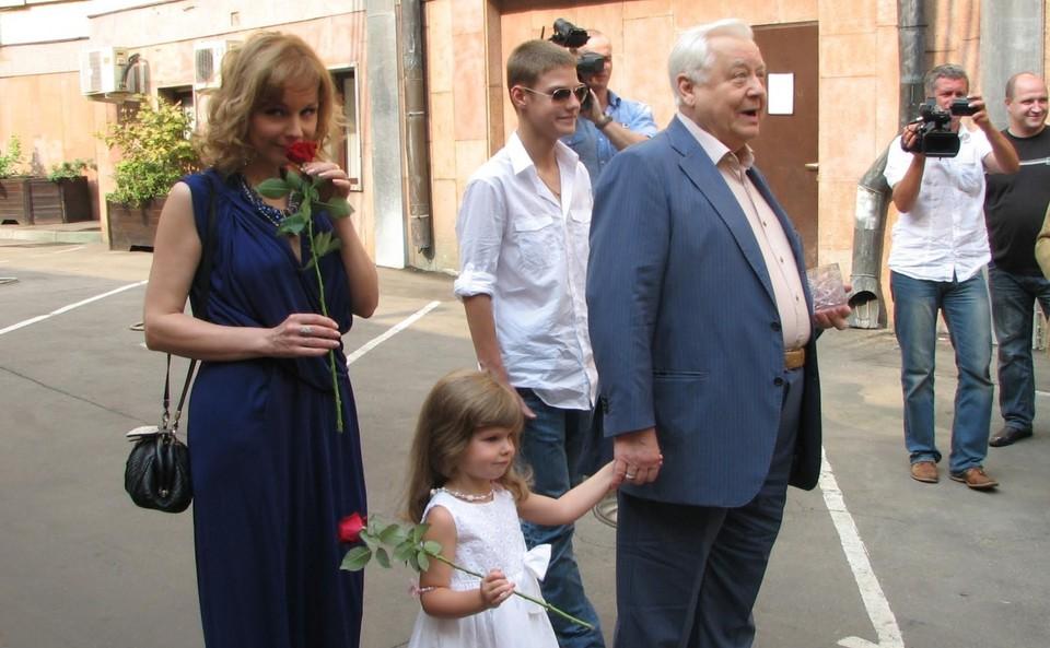 Олег Табаков с Мариной Зудиной и младшими детьми, Павлом и Марией