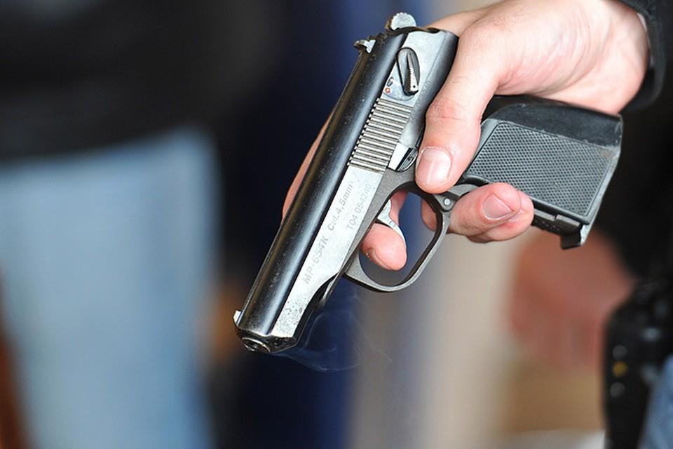 Преступник отобрал у полицейского табельное оружие и выстрелил ему в голову дважды.