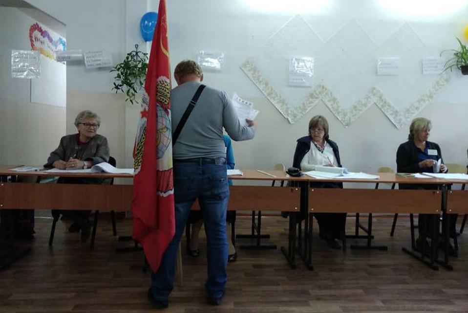 Выборы в Законодательное собрание Иркутской области  в Мегете избиратель  пришел на участок с флагом СССР 209eda44f8f