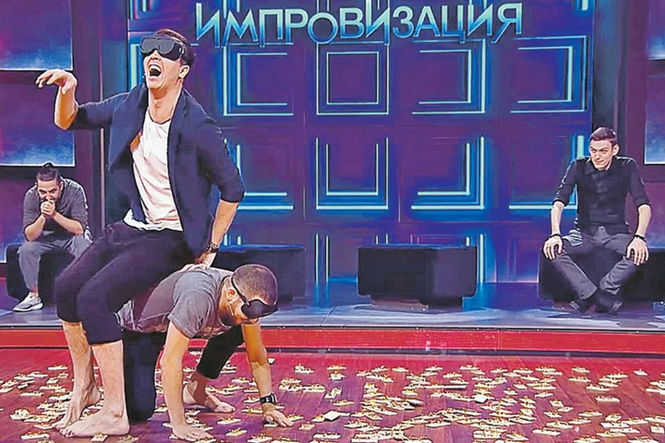 Если повезет, можно посмотреть, как страдают другие (Арсений Попов и Дмитрий Позов воюют с мышеловками, Сергей Матвиенко (слева) и Антон Шастун наблюдают)