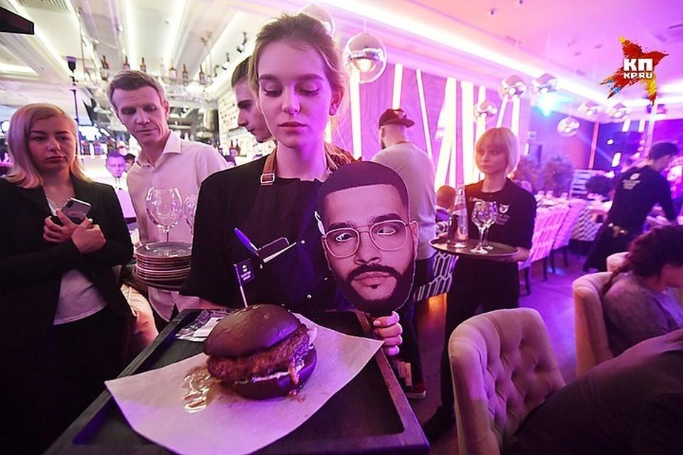 На открытии ресторана Тимати в Петербурге люди устроили давку.