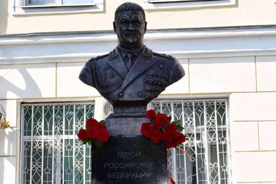 Памятник открыли к годовщине гибели генерала. Фото: администрация Уссурийска