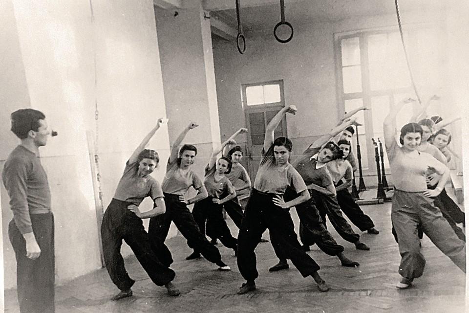1953 год. Семен ведет урок гимнастики в пятигорском институте. На фото видна его правая кисть, где должно быть тату ГЕНА, что точно не ускользнуло бы от внимания его близких и знакомых.