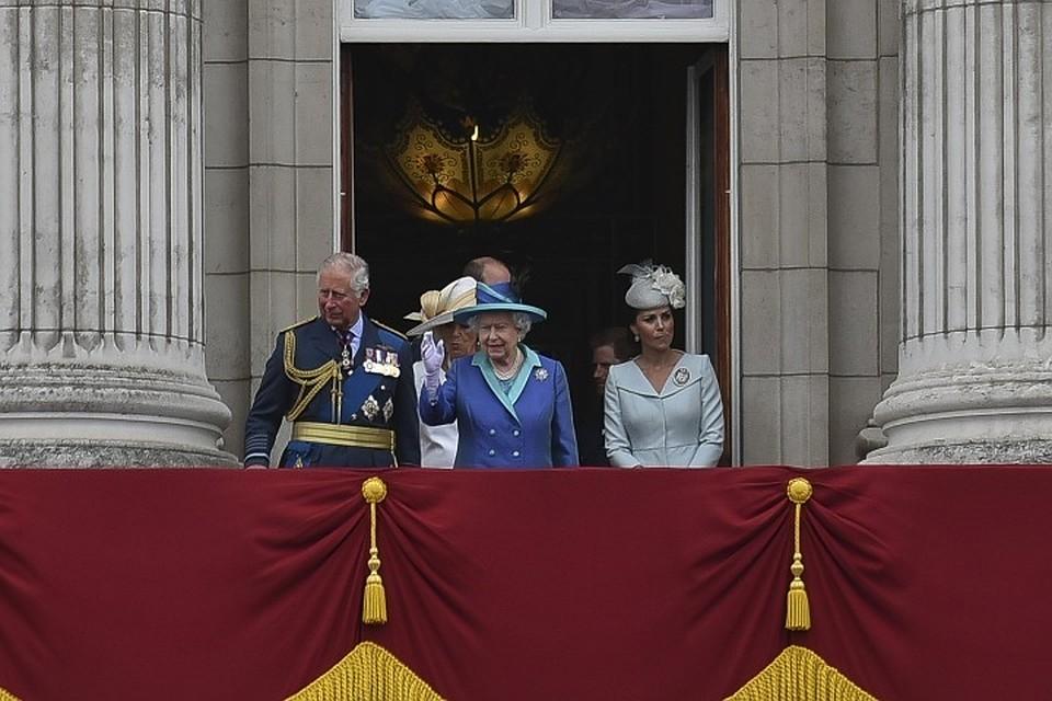 Королева Великобритании Елизавета II часто машет публике рукой с балкона