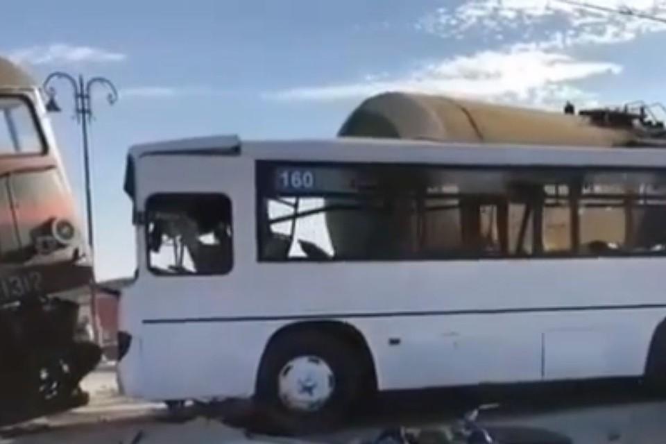 Столкновение автобуса и поезда в Баку: Погиб 13-летний подросток, 34 человека пострадали