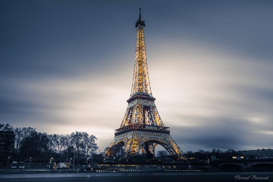 Эйфелева башня окрасилась в золото в память о Шарле Азнавуре