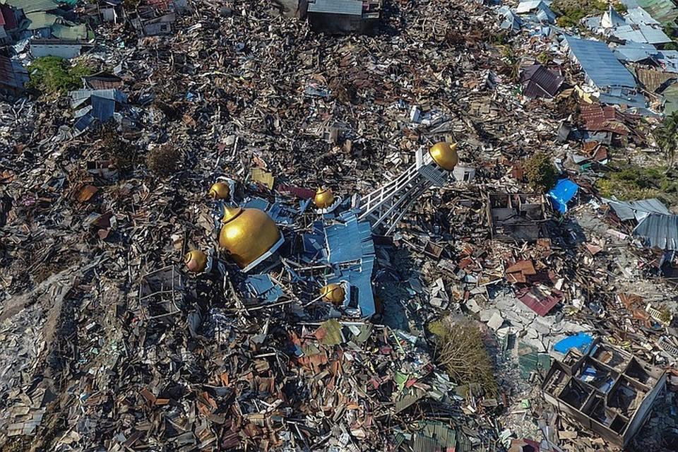 Последствия разрушительного землетрясения и цунами в Индонезии
