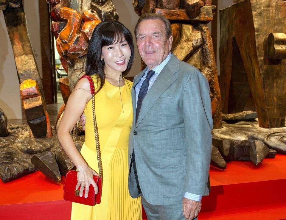 Экс-канцлер Германии Герхард Шрёдер с супругой Ким Со Ён