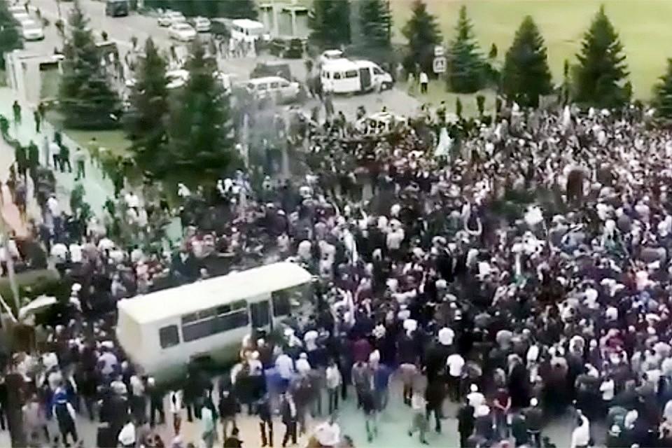 Крупный стихийный митинг в столице Республики Ингушетия - Магасе после ратификации местными депутатами соглашения о новой границе с Чечней