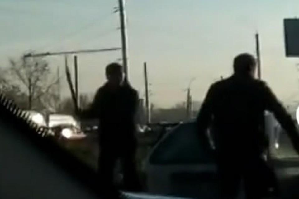 Видео драки в пробке в Иркутске: водители пустили в ход лопаты. Фото: скрин с видео группы «ДТП 38RUS Иркутск»