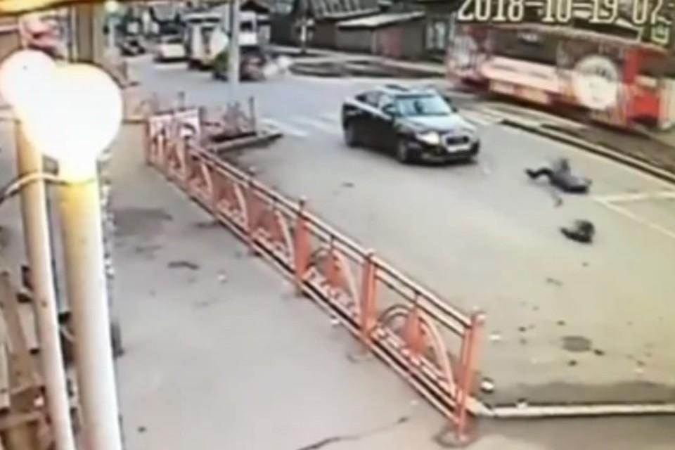 Автомобиль сбил мать с ребенком на пешеходном переходе в Иркутске
