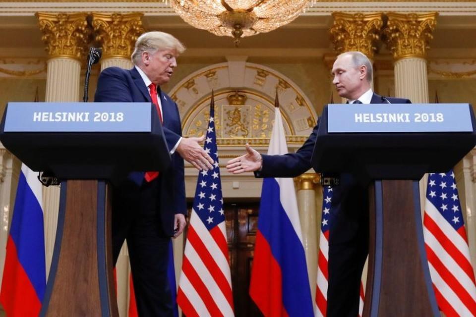 Президент РФ Владимир Путин (справа) и американский лидер Дональд Трамп