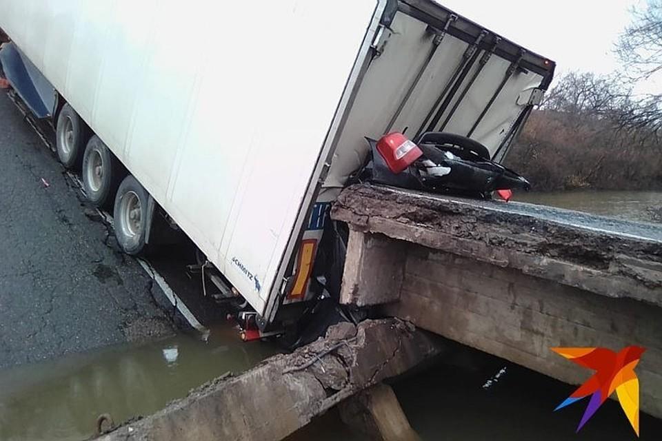 Спасатели всю ночь разгружали картофель из фургона, чтобы добраться до легкового автомобиля.