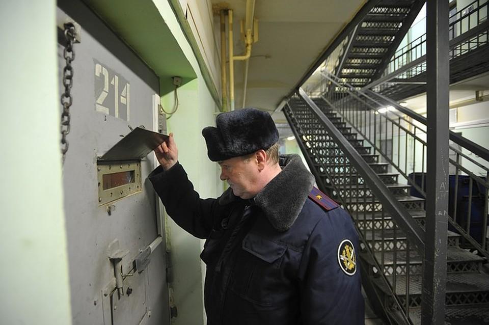 Только в Москве в следственных изоляторах содержится в общей сложности более 1,5 тыс. бывших сотрудников.