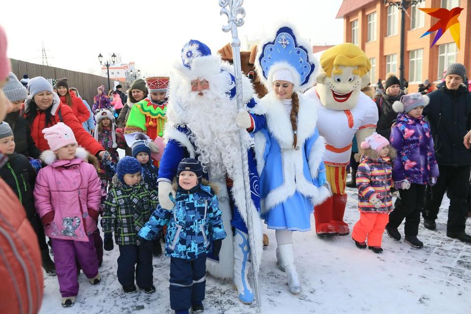 Поздравлять алтайского Деда Мороза собрались сотни горожан с детьми.