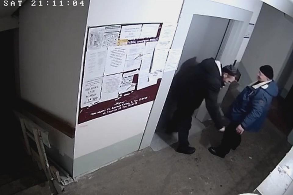 Двое мужчин с одной женщиной домашнее видео відео онлайн грудасті
