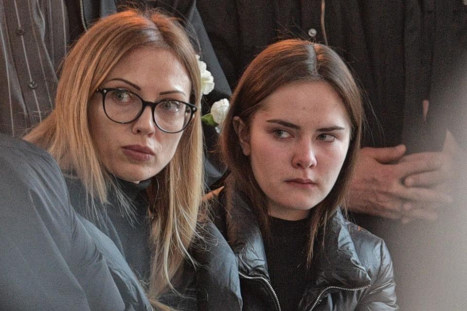 Бывшая жена Осина Наталья Черемисина и его дочка Агния на похоронах музыканта.