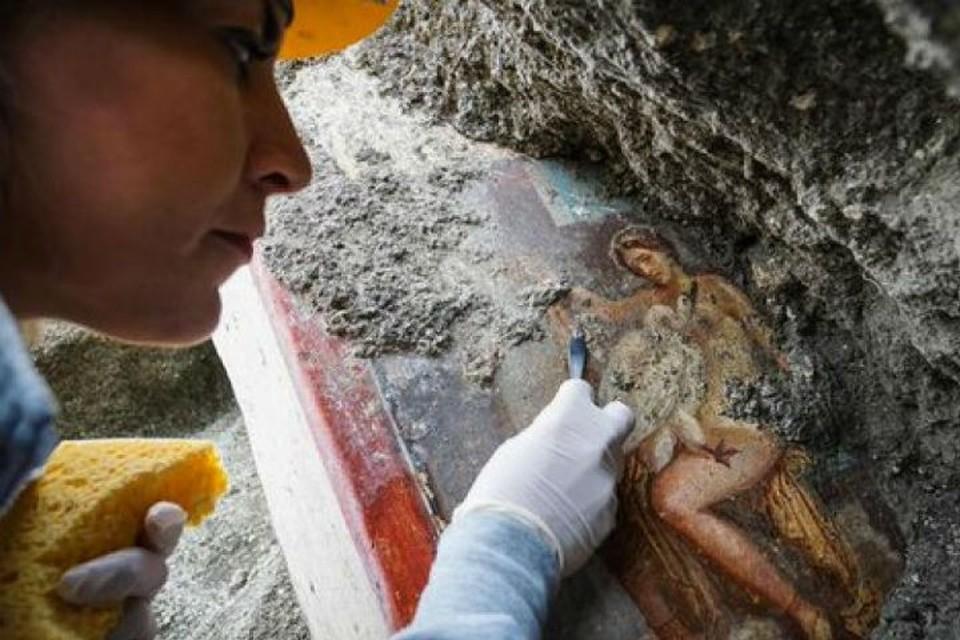 Археологи нашли древнюю фреску на руинах Помпеев