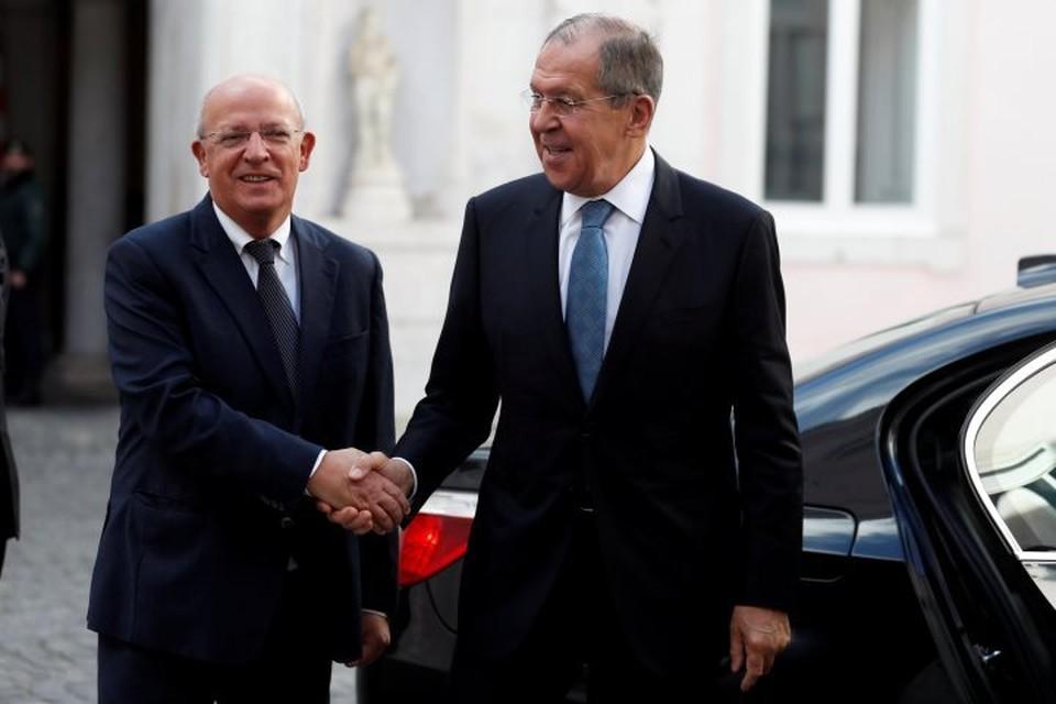 Глава МИД Португалии Аугушту Сантуш Силва (слева) и министр иностранных дел России Сергей Лавров