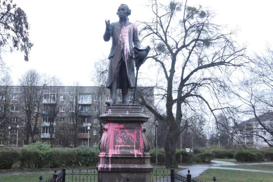 По уверениям коммунальщиков, если действовать оперативно, краску можно смыть без особых последствий для памятника.
