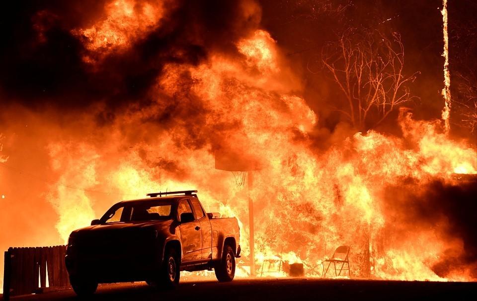 Власти США оценили ущерб от пожара в Калифорнии в миллиардах долларах.