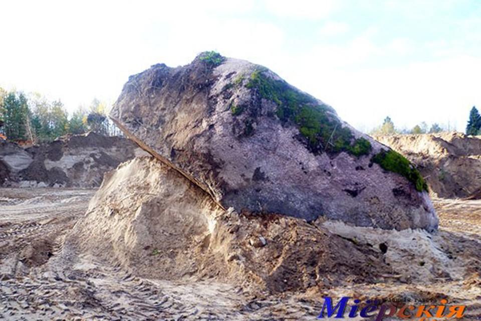 """Если этот камень измерить поточнее, он может войти в десятку самых больших валунов страны. Фото: """"Міерскія навіны""""."""