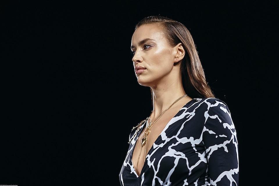 Ким Кардашьян пышным бюстом затмила Ирину Шейк на показе Versace be336fcec0c
