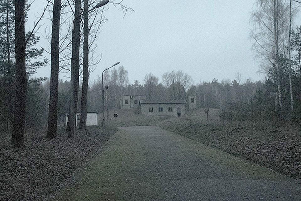 Центральная аллея секретного объекта, на холме - фанерные декорации, которые должны были ввести в заблуждение шпионов. Фото: Александр ЗАЙЦЕВ, azaitsev.com