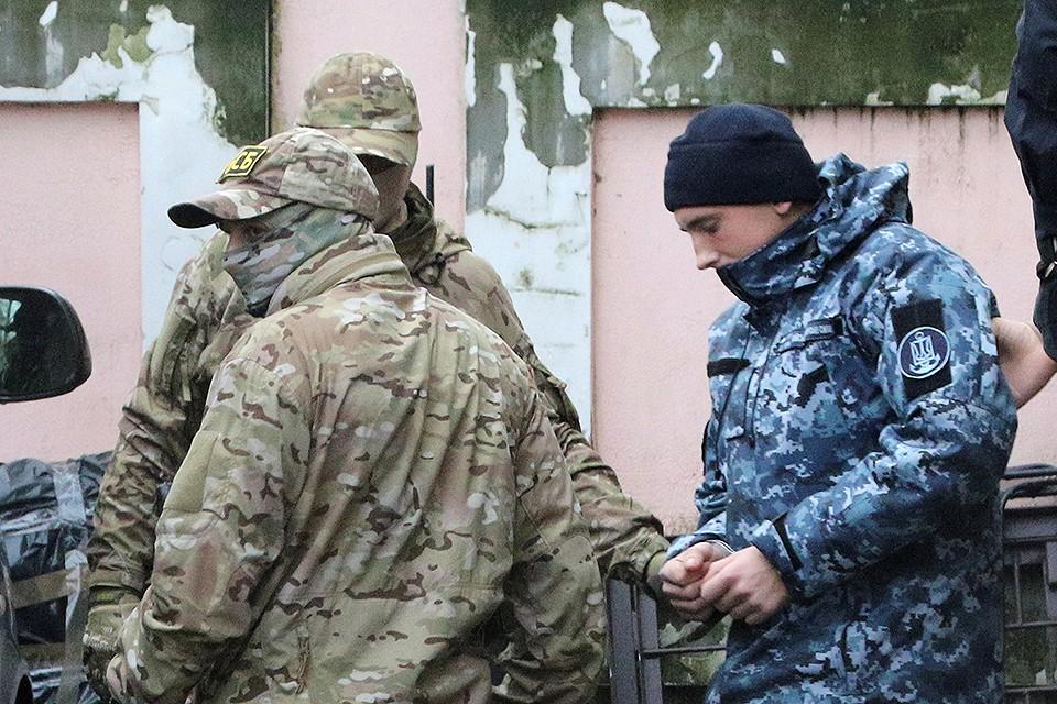 Ноябрь 2018 года, украинские моряки после суда в Симферополе.