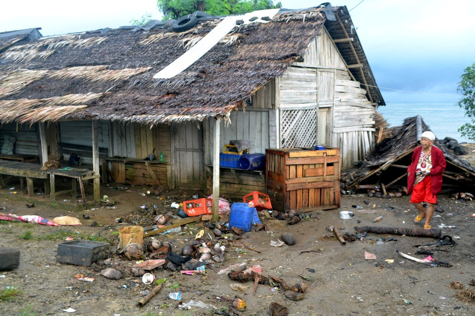 Цунами обрушилось на Индонезию вечером в субботу, 22 декабря