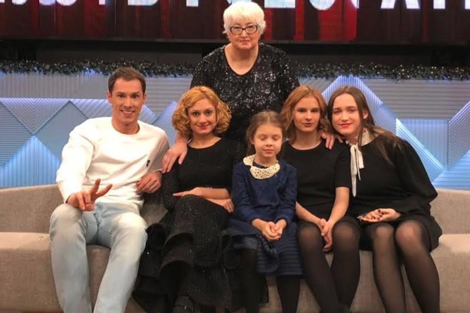 Карина Мишулина и Тимур Еремеев с группой поддержки на ток-шоу.