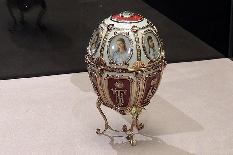 В каждом яйце Фаберже закладывал определенные символы. Внутри этого, например, спрятан сюрприз — золотая корзинка с эмалевыми цветами, усыпанными бриллиантами