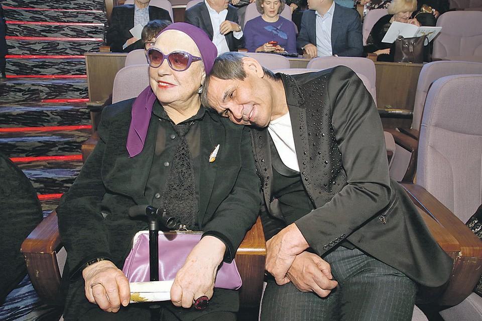 Бари Алибасов пытается решить семейные проблемы своей жены Лидии Федосеевой-Шукшиной.