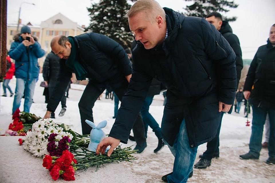 Люди возложили в памятнику цветы и свечи.