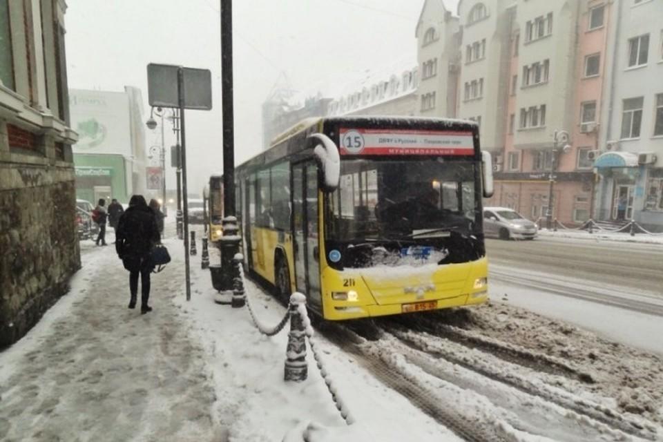С автобусами, соединяющими Русский остров с Владивостоком, до сих пор беда