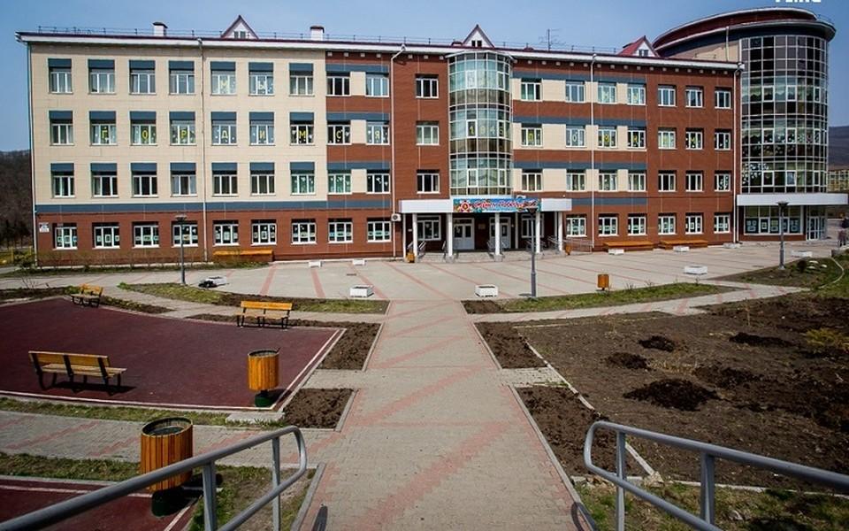 82-я школа Владивостока. Её учеников сегодня эвакуировали. Фото: Vl.ru