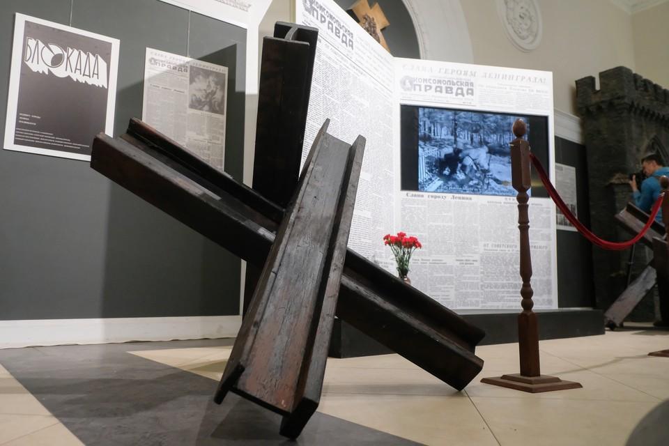 На входе гостей выставки встречает гигантская «Комсомолка» с ожившими фото