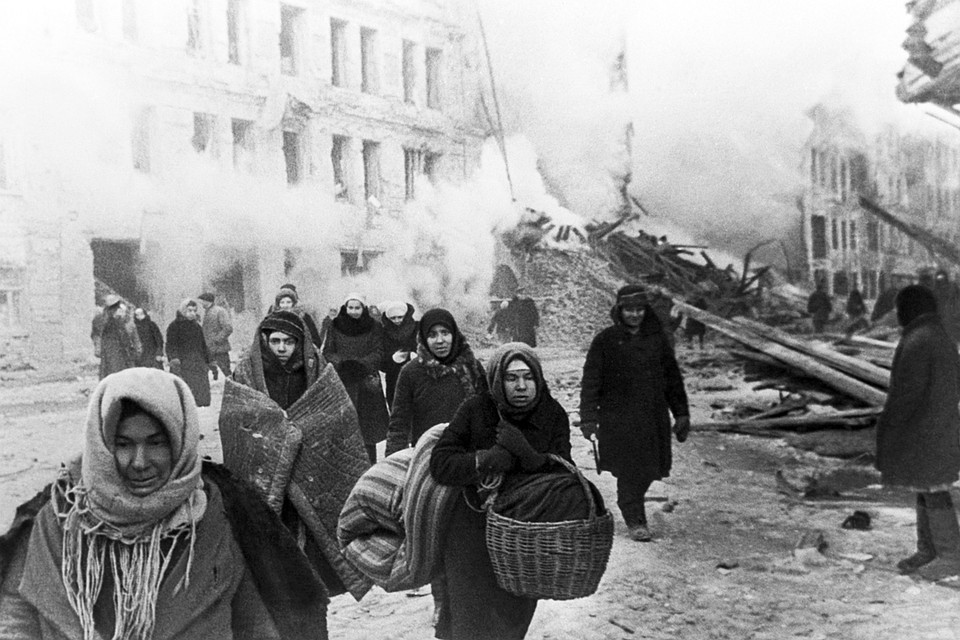 Жители покидают дома, разрушенные немцами. Ленинград, 1941 год.