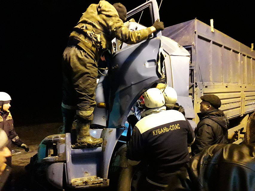 4b04d416fd37 Под Кореновском столкнулись два грузовика  мужчину зажало в кабине