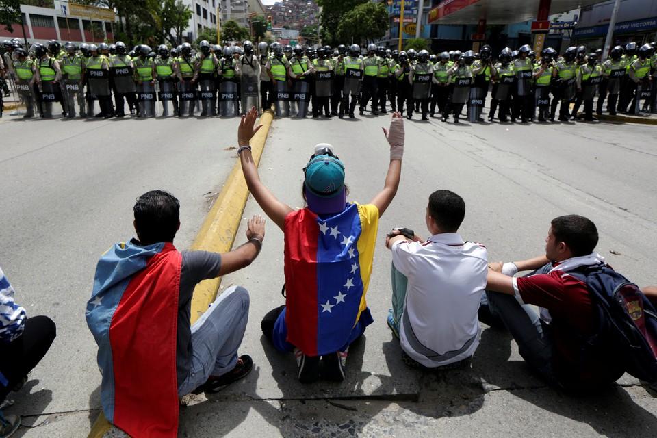 Посол России в Венесуэле Владимир Заемский заявил, что многие страны мира выступают за решение политического кризиса в латиноамериканской стране мирным путем без вмешательства извне.