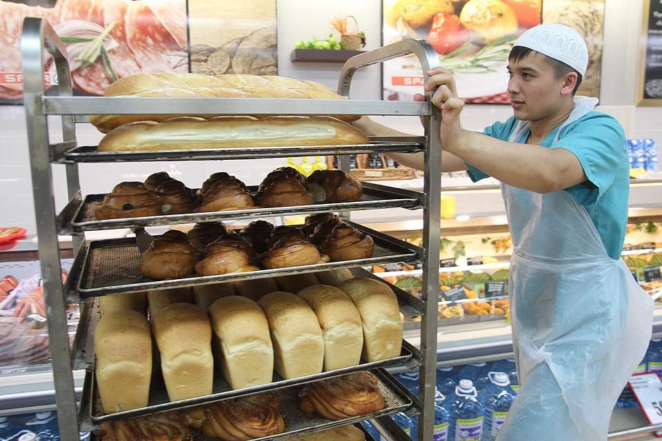 Свежевыпеченный хлеб в одном из супермаркетов Иркутска.