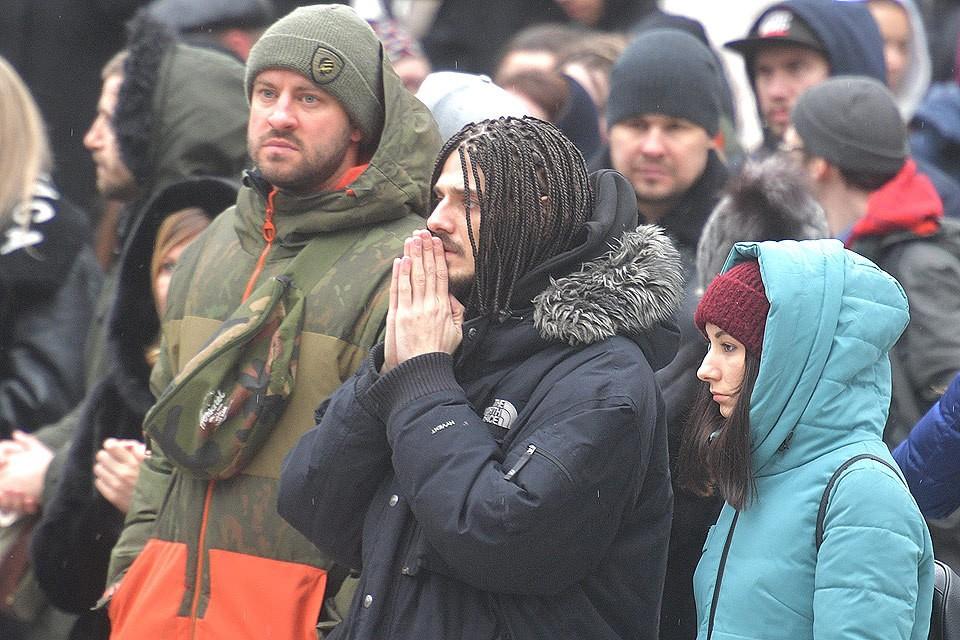 Во время церемонии прощания с рэпером Кириллом Толмацким.