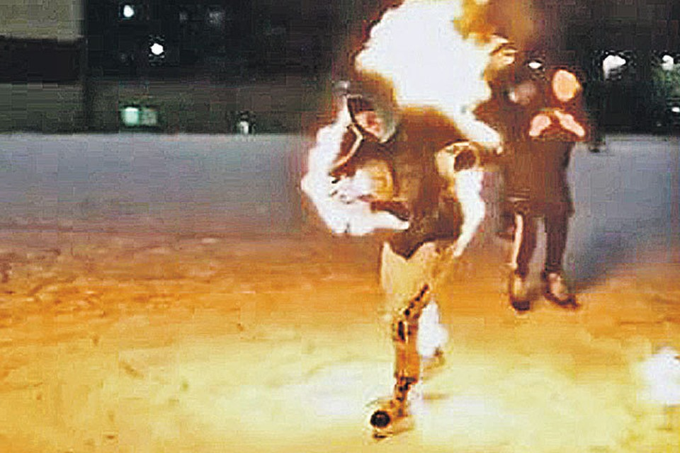 Группа школьников подожгла своего друга прямо на катке в Красноярске, чтобы потом опубликовать видео в соцсети. Фото: instagram.com