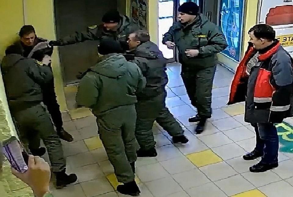 """Мужчину избивали шесть """"чоповцев"""". Фото: скрин с видео"""