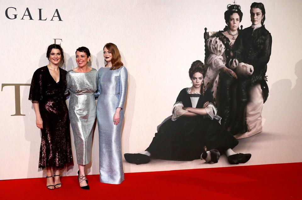 """Рэйчел Вайс, Оливия Колман и Эмма Стоун позируют на британской премьере фильма """"Фаворитка"""""""