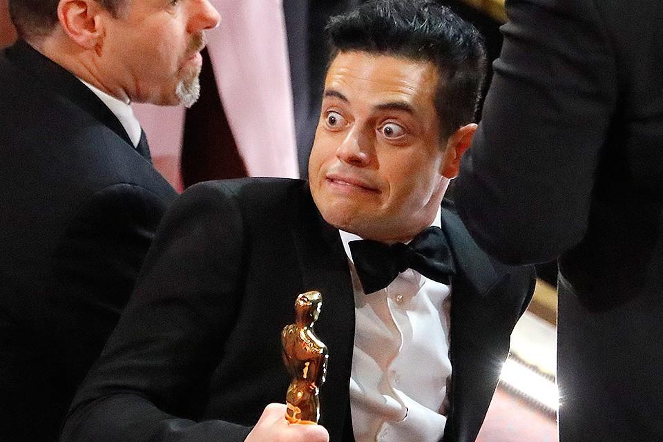 Актер Рами Малек после вручения ему Оскара оступился, спускаясь со сцены.